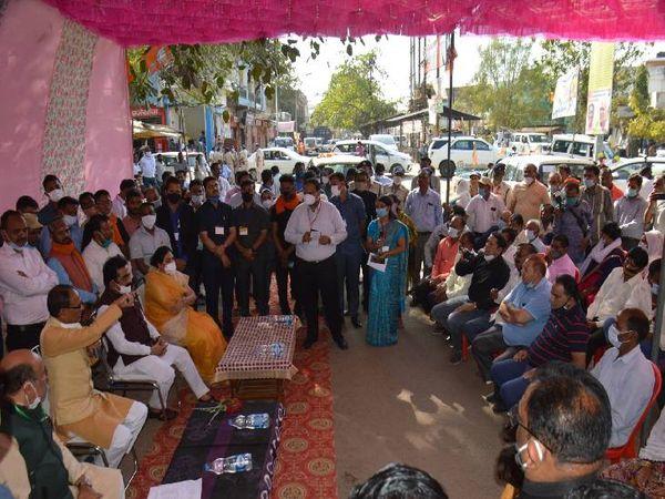 सीएम ने लगाई चौपाल, बोले- सरकारी योजनाओं का लाभ मिल रहा कि नहीं? - Dainik Bhaskar