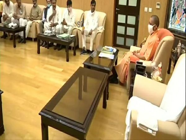पश्चिमी यूपी के विभिन्न खाप नेताओं से मुलाकात करते सीएम योगी। - Dainik Bhaskar