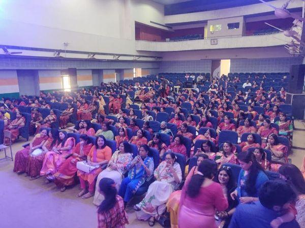 महिला दिवस के मौके पर आयोजित कार्यक्रम में शामिल हुई शहर की महिलाएं।