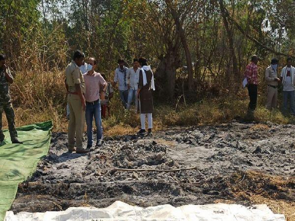 फॉरेंसिक टीम को जली हुई हड्डियां मिली हैं, इसे जांच के लिए लैब में भेजा गया है।