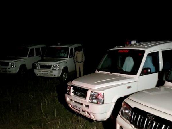 पूरे गांव में पुलिस अफसरों की आवाजाही बनी हुई है।