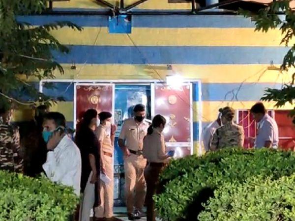 रात के वक्त भी पुलिस घटना स्थल पर डेरा जमाए हुए है।