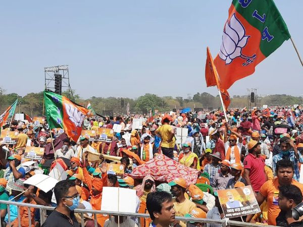 फोटो कोलकाता के ब्रिगेड ग्राउंड की है, जहां दोपहर दो बजे से मोदी की मेगा रैली है। यहां आने वाले हर समर्थक को भाजपा का झंडा और टोपी दी जा रही है।