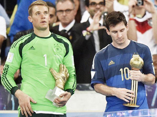2014 वर्ल्ड कप के गोल्डन ग्लव विजेता जर्मनी के मैनुअल नुएर (बाएं) और गोल्डन बॉल के साथ अर्जेंटीना के लियोनल मेसी (दाएं)। - Dainik Bhaskar