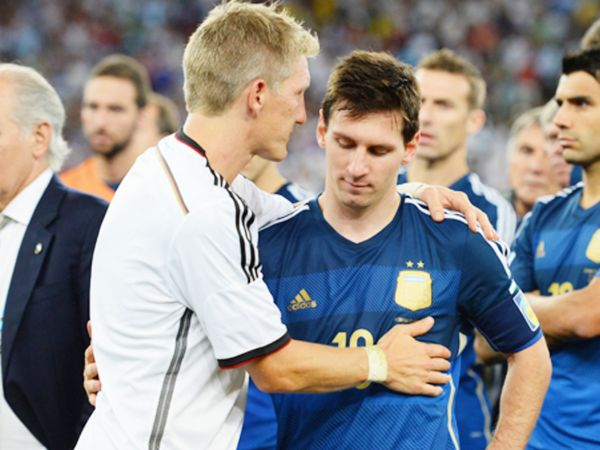 फाइनल में जर्मनी ने अर्जेंटीना को 1-0 से हराया था। हार के बाद जर्मनी के बस्टियन श्वेनस्टीगर (बाएं) मेसी से गले मिलते हुए।
