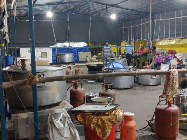 गाजीपुर बॉर्डर पर अब लंगरों में भी पहले की तरह भीड़ नहीं है। बहुत कम लोग ही यहां काम करते दिखते हैं।