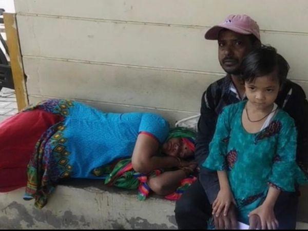 सेवा केंद्र के बाहर चक्कर खाकर गिरी  महिला व साथ बैठा पति व बेटी। - Dainik Bhaskar