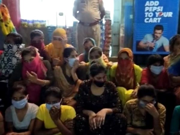 पुलिस की तरफ से पकड़ी गई लड़कियां। - Dainik Bhaskar