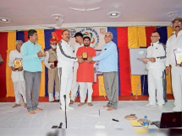बाड़मेर. जांगिड़ पंचायत भवन में पदाधिकारियों का बहुमान करते हुए। - Dainik Bhaskar