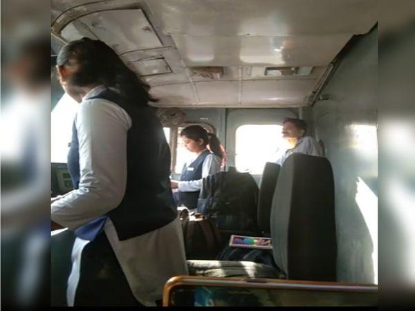 महिला दिवस के अवसर पर बुंदेलखंड एक्सप्रेस के इंजन में खड़ी होकर संचालक करती लोको पायलट कौशल्या और सहायक लोको पायलट आकांक्षा - Dainik Bhaskar