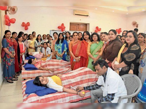 ब्लड डाेनेशन कैंप में कुल 50 महिलाओं ने रक्तदान किया। - Dainik Bhaskar