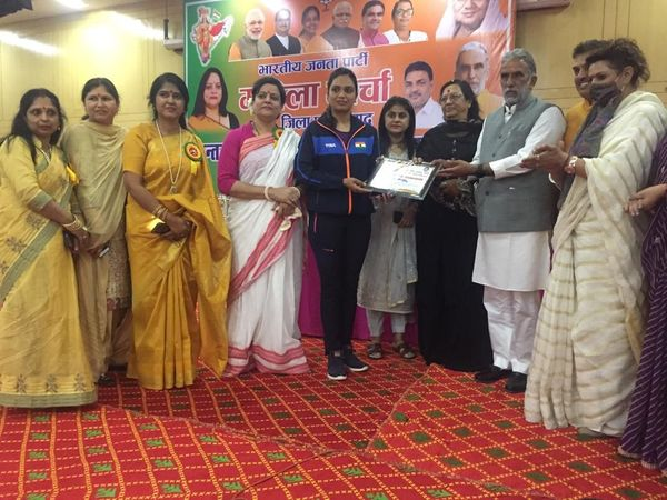 महिला दिवस पर महिलाओं केा सम्मानित करते केंद्रीय राज्यमंत्री। - Dainik Bhaskar