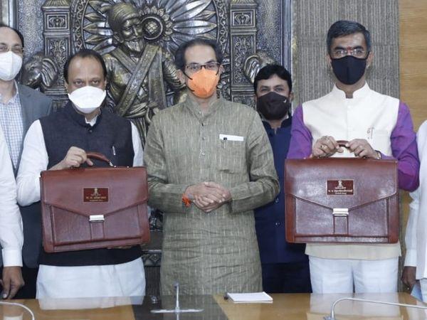 दोपहर 2 बजे वित्तमंत्री अजित पवार(बाएं)  ने विधानसभा में और वित्त राज्यमंत्री शंभूराद देसाई(दाएं) ने विधान परिषद में वर्ष 2021-22 का बजट पेश किया। बजट पेश करने से पहले दोनों मुख्यमंत्री से भी मिलने पहुंचे थे। - Dainik Bhaskar