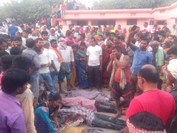 मलबे में दबकर मरे मजदूरों की लाश के पास जमा लोगों की भीड़। - Dainik Bhaskar