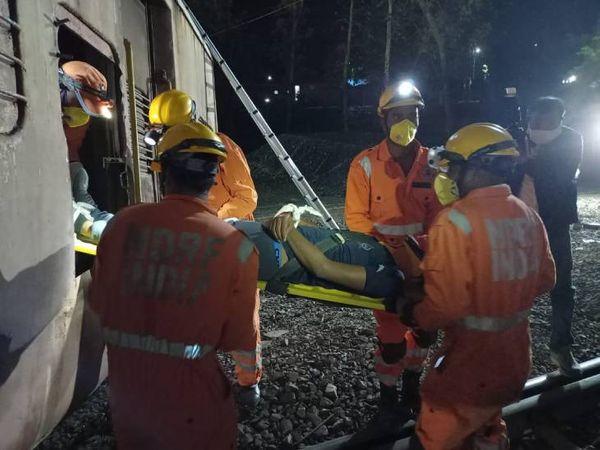 माॅकड्रिल में घायल को कोच से सुरक्षित निकालते हुए।