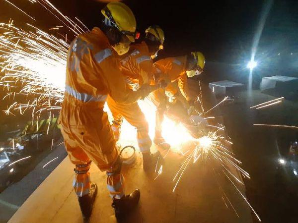 ट्रेन के कोच को काटकर रेस्क्यू का प्रदर्शन करती एनडीआरएफ टीम।