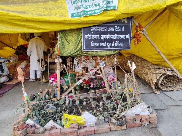 गाजीपुर बॉर्डर पर जगह-जगह सरकार को चेतावनी देने वाले पोस्टर लगे हैं।