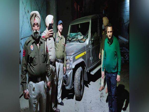 लुधियाना के शेरपुर में शराब माफिया के हमले की घटना के बारे में जानकारी देते पुलिस अधिकारी। - Dainik Bhaskar