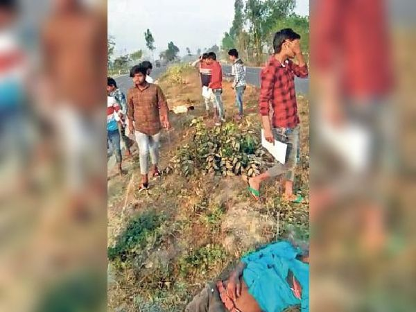 लसनपुर के पास सड़क हादसे में घायल होकर जमीन पर गिरा छात्र।