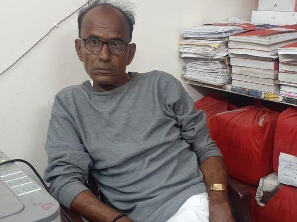 गैंता सरपंच भवानीशंकर को 1 हजार रुपये व ढाई लाख के दो चेक लेते हुए रंगे हाथों गिरफ्तार किया। - Dainik Bhaskar