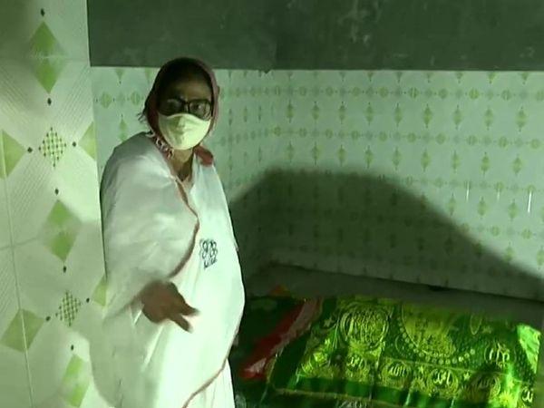 पश्चिम बंगाल की मुख्यमंत्री ममता बनर्जी ने नंदीग्राम के शमशाबाद में स्थित मजार पर चादर चढ़ाई।