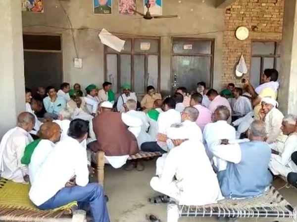 मंगलवार कोमुजफ्फरनगर के चरथावलविधानसभा के पिप्पलशाहगांव में क्षत्रिय समाज की पंचायत हुई। - Dainik Bhaskar
