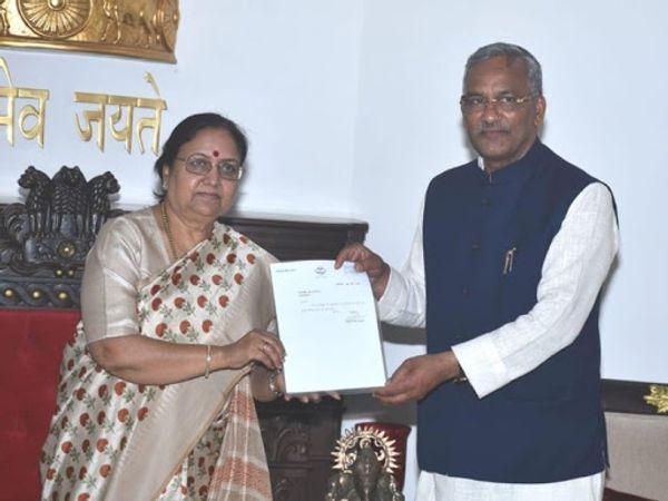 त्रिवेंद्र सिंह रावत ने राजभवन पहुंचकर राज्यपाल बेबी रानी मौर्य को अपना इस्तीफा सौंपा।