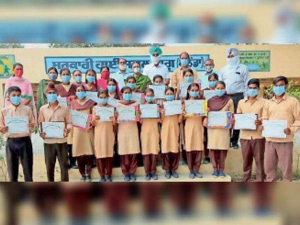 सरकारी हाई स्कूल भागू के होनहार विद्यार्थियों को सम्मानित करते हुए सरपंच और अन्य। - Dainik Bhaskar