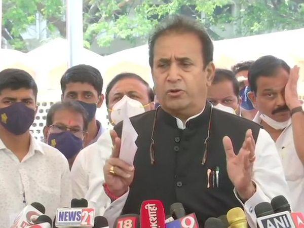 सचिन वझे को उनके पद से हटाने की जानकारी मीडिया से देते हुए महाराष्ट्र के गृह मंत्री अनिल देशमुख। - Dainik Bhaskar