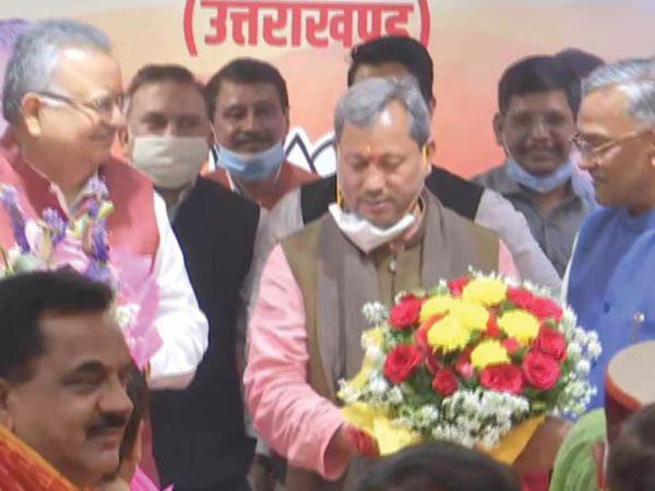 एक दिन पहले मुख्यमंत्री पद से इस्तीफा देने वाले त्रिवेंद्र सिंह रावत ने ही मीटिंग में तीरथ के नाम का प्रस्ताव रखा।
