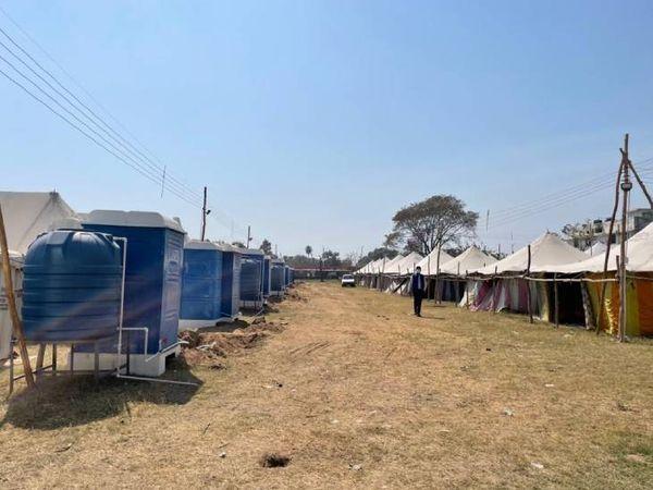 कुंभ की तैयारियां जोरों पर है। श्रद्धालुओं के लिए टेंट के घर, पानी और शौचालय की व्यवस्था की गई है।