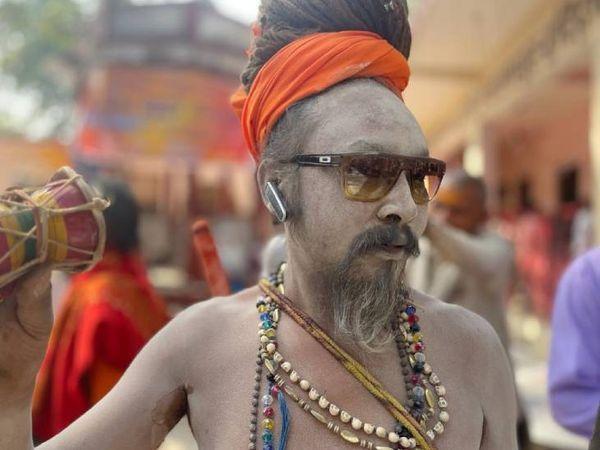 हमेशा की तरह इस बार भी नागा साधु लोगों के लिए आकर्षण का केंद्र हैं। शरीर पर भस्म लगाए हुए और सिर पर लंबी जटा इनकी पारंपरिक पहचान है।