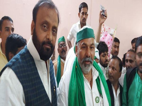 UP के पूर्व कैबिनेट मंत्री ओम प्रकाश सिंह के साथ किसान नेता राकेश टिकैत। - Dainik Bhaskar
