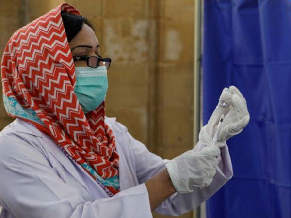 पाकिस्तान में 4 वैक्सीन को इस्तेमाल की मंजूरी दी गई है। यहां पहले फेज का वैक्सीनेशन हो चुका है।