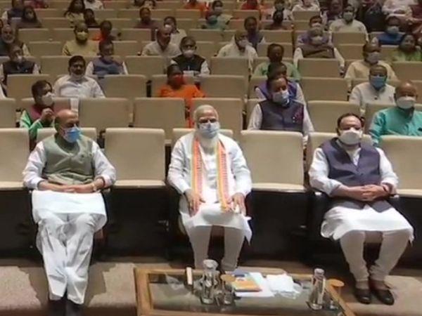 पिछले हफ्ते भाजपा की चुनाव समिति की बैठक में पीएम मोदी ने पार्टी के अच्छे कामों को लोगों तक पहुंचाने और चुनावों के मद्दनेजर नेताओं पर निजी हमले करने से बचने की सलाह दी थी। - Dainik Bhaskar