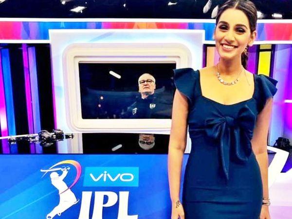 संजना गणेशन आईपीएल नीलामी के दौरान टीवी पर प्रेजेंटेशन देती हुईं।