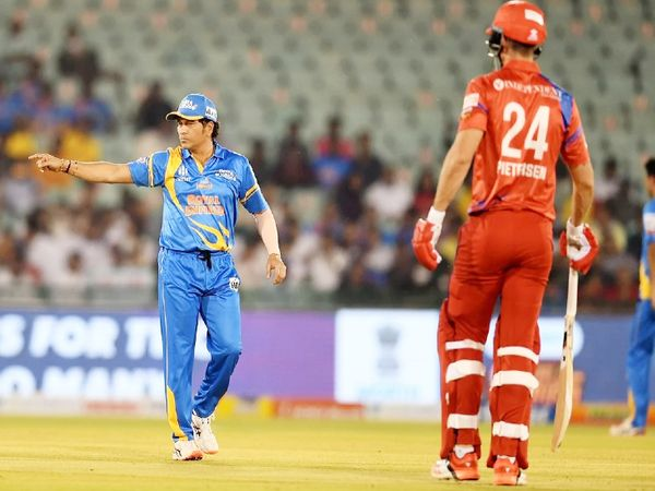 इंग्लैंड लेजेंड्स के खिलाफ मैच में फील्ड सेट करते इंडिया लेजेंड्स के कप्तान सचिन तेंदुलकर।