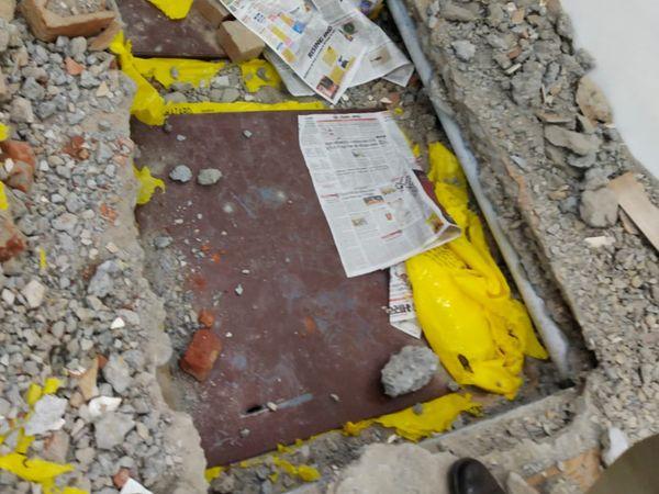 बेसमेंट के कमरे में जमीन में गाड़ रखे थे लोहे के बक्से, जिनमें चांदी की सिल्लियां रखी थी