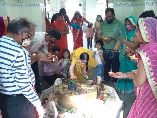 ब्यावर के शिव मन्दिर में पूजा अर्चना करते श्रद्धालु-नवीन गर्ग