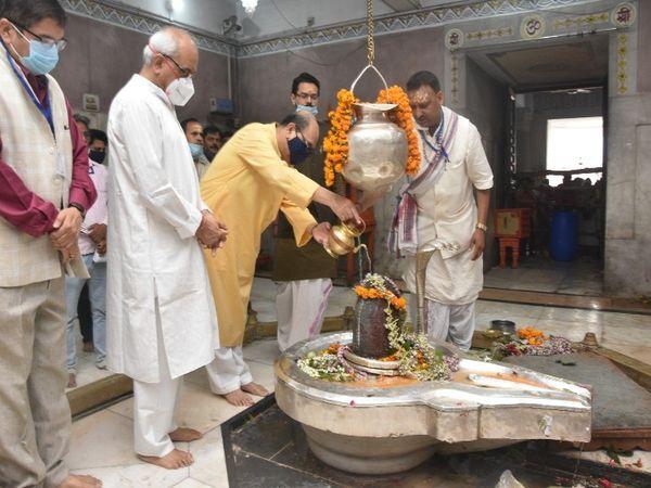 BHU के VC प्रो.राकेश भटनागर ने विश्वविद्यालय स्थित श्री विश्वनाथ मंदिर में जलाभिषेक किया। रेक्टर प्रो. वीके शुक्ला, चीफ प्रॉक्टर प्रो. आनंद चौधरी समेत विश्वविद्यालय के शिक्षक, अधिकारी भी उपस्थित रहे।