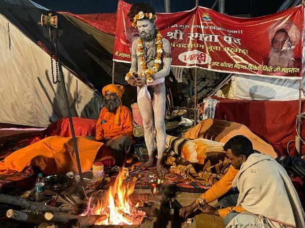 शाही स्नान से पहले पूरी रात हरिद्वार में साधु-संतों का जमावड़ा लगा रहा। इस दौरान वे पूजा-अर्चना करते नजर आए।