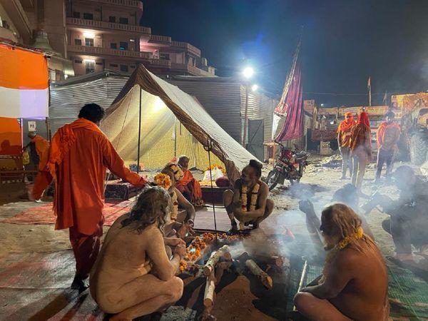 शाही स्नान से पहले नागा साधुओं ने भी हरिद्वार में डेरा डाल लिया है। रात उन्होंने अलाव जलाकर गुजारी।