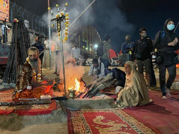 शाही स्नान के लिए पहुंचे आम लोगों ने भी साधु-संतों के साथ समय बिताया।