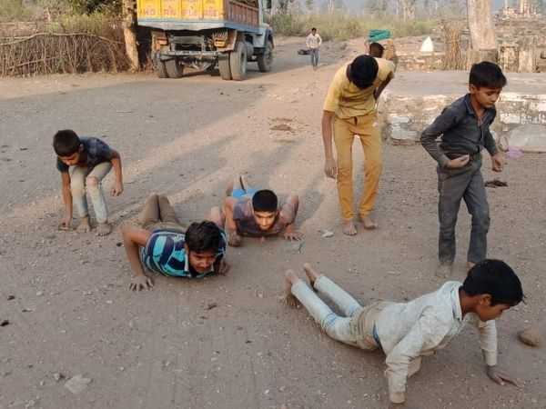महाशिवरात्रि के दिन मंदिर में इस तरह बच्चे भी दण्डौती लगाते हुए पहुंचे। मंदिर में शिव का अभिषेक करते भक्त।
