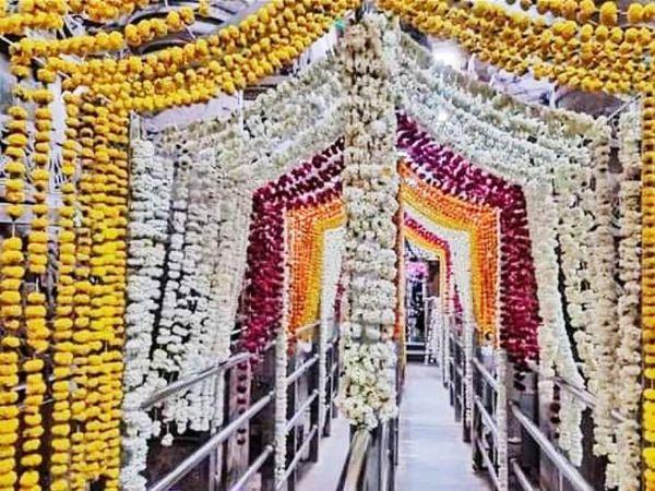 ओंकारेश्वर मंदिर को भव्य तरीके से सजाया गया।