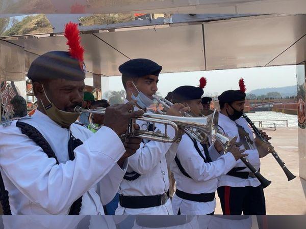 उत्तराखंड पुलिस ने बैंड बजाकर शाही स्नाने के लिए जा रहे साधु-संतों का स्वागत किया।