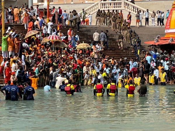 हरिद्वार कुंभ में शाही स्नान का आगाज हो गया है। पहली बार किन्नर अखाड़े के संत भी शाही स्नान में शामिल हुए।