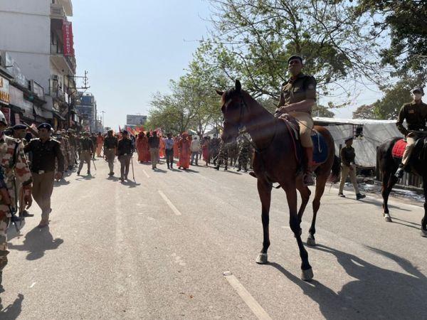 अखाड़ों की पेशवाई में रुकावट न आए इसके लिए स्थानीय पुलिस घोड़ों पर पैट्रोलिंग करते हुए भीड़ को अखाड़ों के रास्ते से दूर रख रही है।