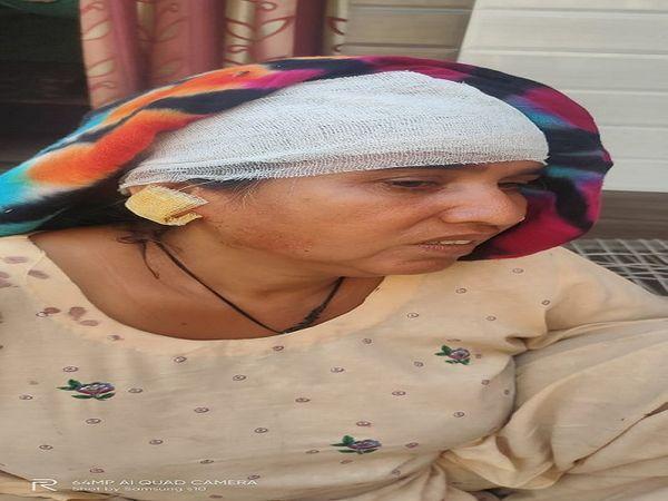 झपटमारी में घायल निर्मला। - Dainik Bhaskar