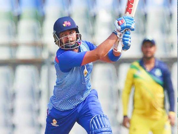 21 साल के पृथ्वी शॉ ने कर्नाटक के खिलाफ 79 बॉल में अपना शतक पूरा कर लिया था। इस दौरान उन्होंने 3 छक्के और 12 चौके लगाए थे। उन्होंने 122 बॉल पर 165 रन बनाए। - Dainik Bhaskar